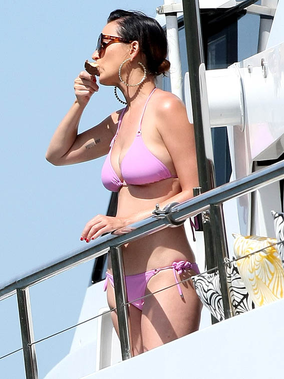 Katy-Perry-Bikini-Party-Australian-Yacht-12