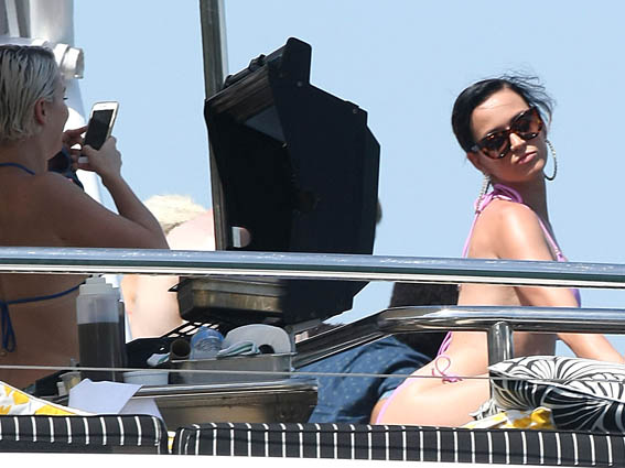 Katy-Perry-Bikini-Party-Australian-Yacht-13
