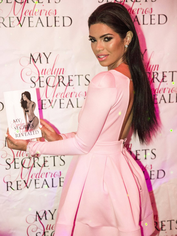Suelyn-Medeiros-Celebrates-Her-New-Book-Release-With-Cleavage-on-the-Side-07-830x1106