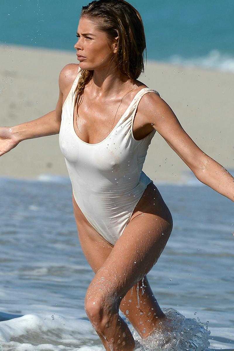 наслаждается оралом, прозрачный купальник случайное фото день выходят новые