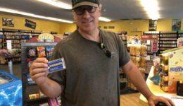 Una-hombre-muestra-el-pasado-sábado-25-de-agosto-de-2018-su-tarjeta-de-membresía-del-último-Blockbuster-1077×808